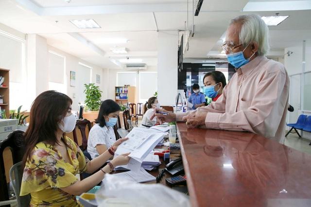 Đủ điều kiện nghỉ hưu khi doanh nghiệp đang dừng đóng bảo hiểm xã hội thì giải quyết thế nào?  - Ảnh 1.