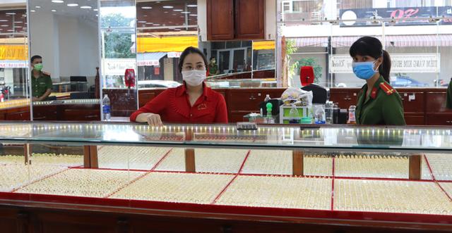 Cận cảnh khám xét nhà trọ của nữ nhân viên trộm 2.380 nhẫn vàng trị giá gần 10 tỷ: Thu giữ hàng trăm giấy tờ cầm đồ - Ảnh 1.