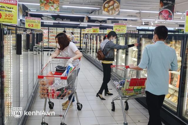 Ảnh: Người dân quận 7 vui mừng trong ngày đầu được đi siêu thị trở lại - Ảnh 11.
