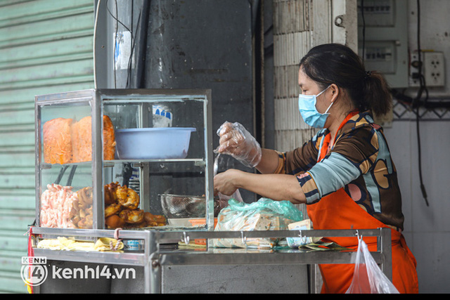 Người Sài Gòn rần rần đặt đồ ăn online: Quán xá chuẩn bị hàng trăm đơn, shipper hoạt động hết công suất mới kịp giao cho khách - Ảnh 12.