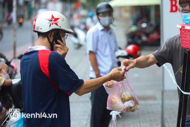 Người Sài Gòn rần rần đặt đồ ăn online: Quán xá chuẩn bị hàng trăm đơn, shipper hoạt động hết công suất mới kịp giao cho khách - Ảnh 13.