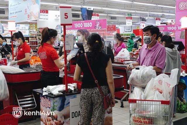 Ảnh: Người dân quận 7 vui mừng trong ngày đầu được đi siêu thị trở lại - Ảnh 14.