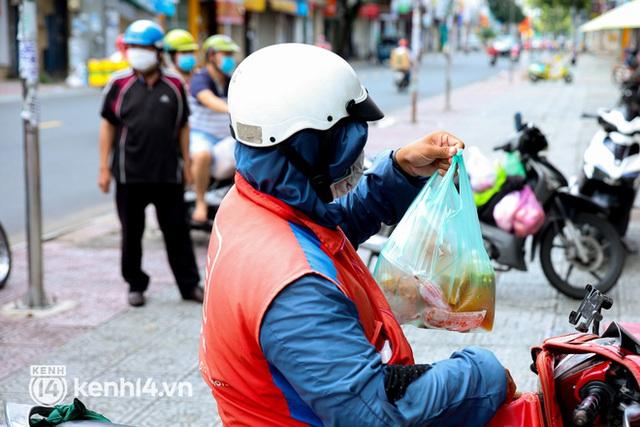 Người Sài Gòn rần rần đặt đồ ăn online: Quán xá chuẩn bị hàng trăm đơn, shipper hoạt động hết công suất mới kịp giao cho khách - Ảnh 14.