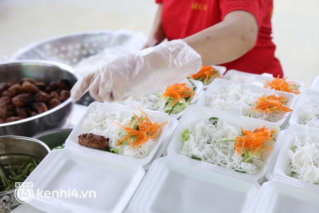 Người Sài Gòn rần rần đặt đồ ăn online: Quán xá chuẩn bị hàng trăm đơn, shipper hoạt động hết công suất mới kịp giao cho khách - Ảnh 3.