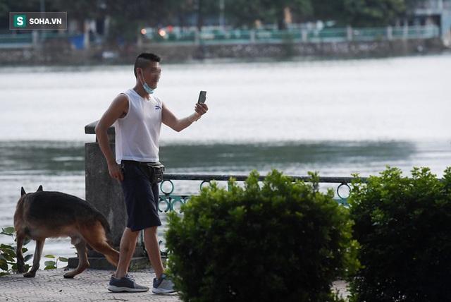 Nhiều người vượt rào ra hồ Tây hóng gió; ôm chó bỏ chạy khi thấy công an đi tuần - Ảnh 4.