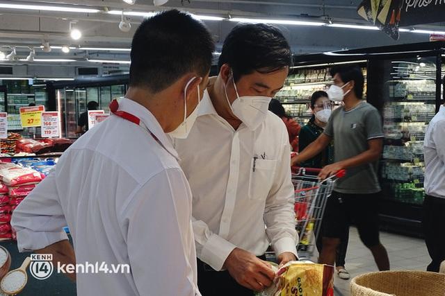Ảnh: Người dân quận 7 vui mừng trong ngày đầu được đi siêu thị trở lại - Ảnh 4.