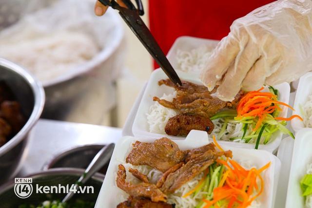 Người Sài Gòn rần rần đặt đồ ăn online: Quán xá chuẩn bị hàng trăm đơn, shipper hoạt động hết công suất mới kịp giao cho khách - Ảnh 4.