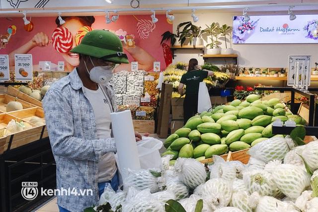 Ảnh: Người dân quận 7 vui mừng trong ngày đầu được đi siêu thị trở lại - Ảnh 5.