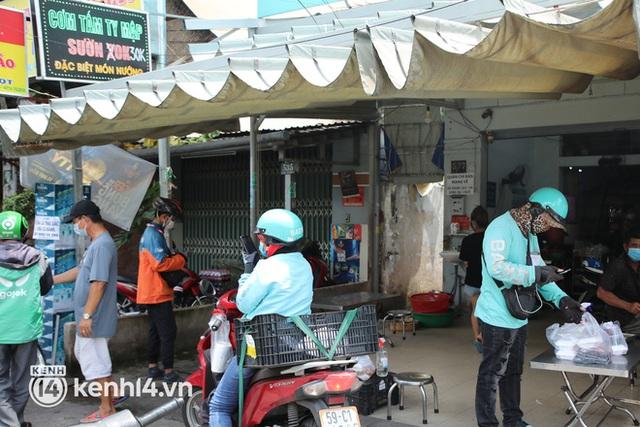 Người Sài Gòn rần rần đặt đồ ăn online: Quán xá chuẩn bị hàng trăm đơn, shipper hoạt động hết công suất mới kịp giao cho khách - Ảnh 5.