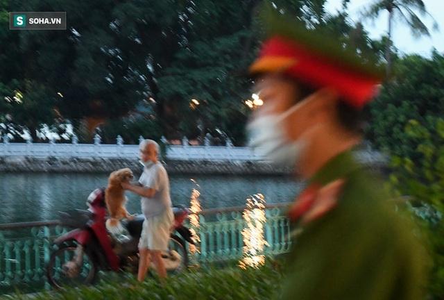 Nhiều người vượt rào ra hồ Tây hóng gió; ôm chó bỏ chạy khi thấy công an đi tuần - Ảnh 6.