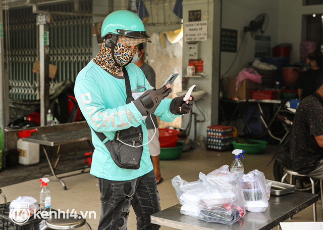 Người Sài Gòn rần rần đặt đồ ăn online: Quán xá chuẩn bị hàng trăm đơn, shipper hoạt động hết công suất mới kịp giao cho khách - Ảnh 6.
