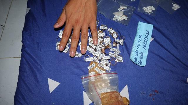 Cận cảnh khám xét nhà trọ của nữ nhân viên trộm 2.380 nhẫn vàng trị giá gần 10 tỷ: Thu giữ hàng trăm giấy tờ cầm đồ - Ảnh 8.