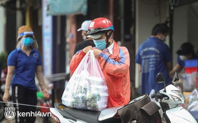 Người Sài Gòn rần rần đặt đồ ăn online: Quán xá chuẩn bị hàng trăm đơn, shipper hoạt động hết công suất mới kịp giao cho khách - Ảnh 10.