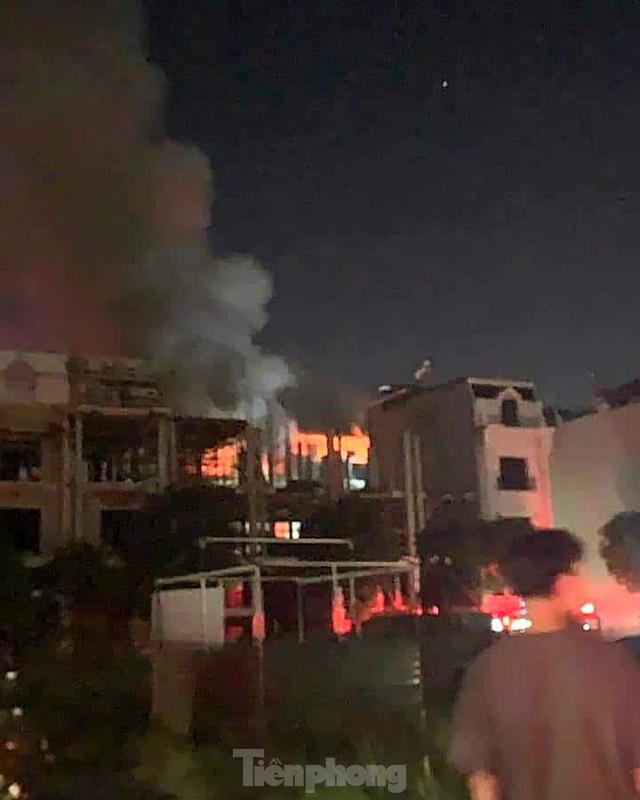 Cháy lớn thiêu rụi ngôi nhà ở chợ quần áo lớn nhất Hà Nội - Ảnh 1.