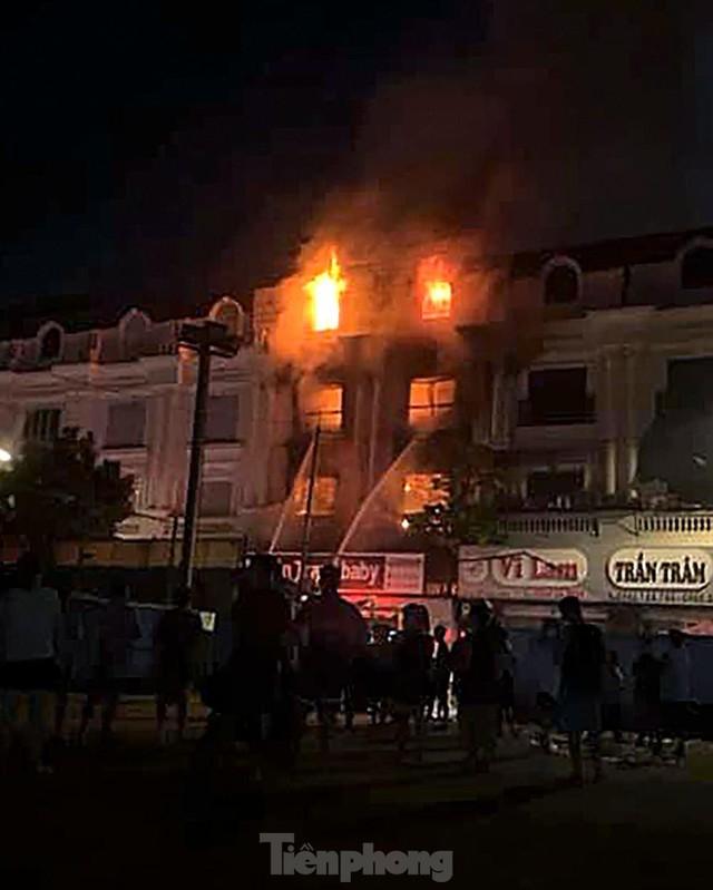 Cháy lớn thiêu rụi ngôi nhà ở chợ quần áo lớn nhất Hà Nội - Ảnh 2.