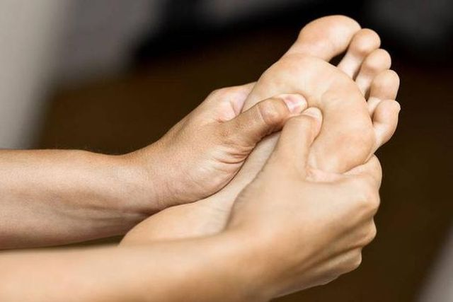 Nhìn bàn chân đoán bệnh: Có 4 điểm bất thường trên bàn chân, cần đi khám thận khẩn cấp  - Ảnh 1.