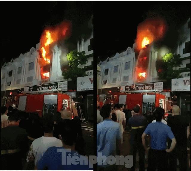 Cháy lớn thiêu rụi ngôi nhà ở chợ quần áo lớn nhất Hà Nội - Ảnh 3.