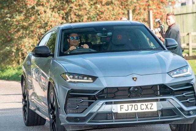 Đang lái Lamborghini Urus trên đường, Ronaldo thực hiện một hành động khiến ai cũng khen hết lời  - Ảnh 3.