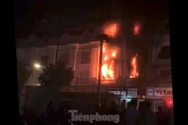 Cháy lớn thiêu rụi ngôi nhà ở chợ quần áo lớn nhất Hà Nội - Ảnh 4.