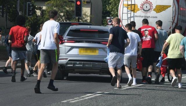 Đang lái Lamborghini Urus trên đường, Ronaldo thực hiện một hành động khiến ai cũng khen hết lời  - Ảnh 4.