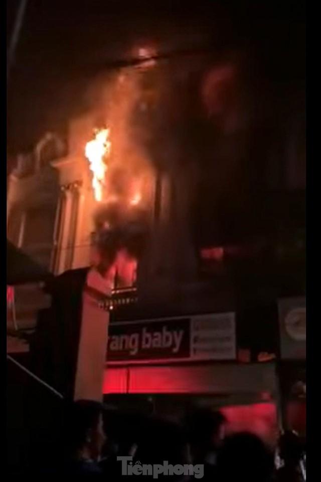 Cháy lớn thiêu rụi ngôi nhà ở chợ quần áo lớn nhất Hà Nội - Ảnh 6.