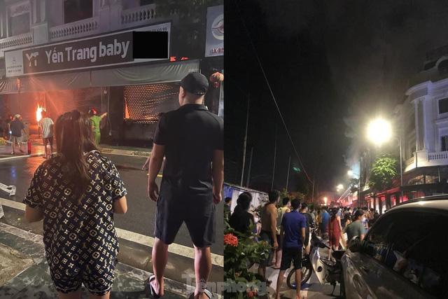 Cháy lớn thiêu rụi ngôi nhà ở chợ quần áo lớn nhất Hà Nội - Ảnh 9.