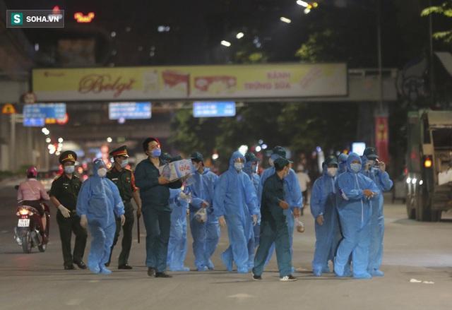 Hà Nội: 8 xe buýt di dời gần 1.200 người dân tại ổ dịch Thanh Xuân Trung đến vùng an toàn  - Ảnh 2.