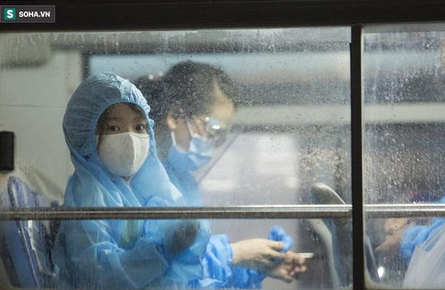 Hà Nội: 8 xe buýt di dời gần 1.200 người dân tại ổ dịch Thanh Xuân Trung đến vùng an toàn  - Ảnh 11.