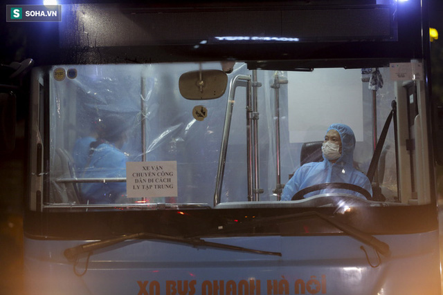 Hà Nội: 8 xe buýt di dời gần 1.200 người dân tại ổ dịch Thanh Xuân Trung đến vùng an toàn  - Ảnh 12.