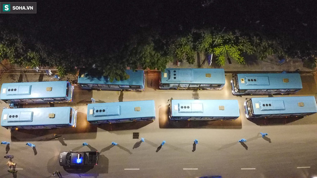 Hà Nội: 8 xe buýt di dời gần 1.200 người dân tại ổ dịch Thanh Xuân Trung đến vùng an toàn  - Ảnh 3.