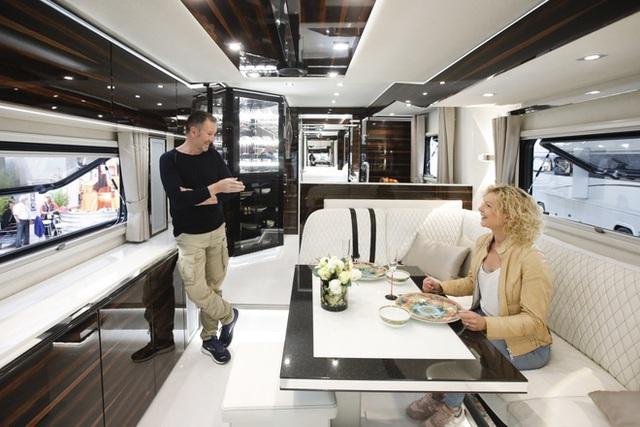 Thú chơi mobihome xa xỉ hết nấc của giới siêu giàu: Nội thất như căn hộ hạng sang, giấu nguyên chiếc Bugatti Chiron 3 triệu USD dưới gầm - Ảnh 3.