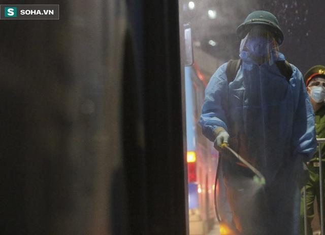 Hà Nội: 8 xe buýt di dời gần 1.200 người dân tại ổ dịch Thanh Xuân Trung đến vùng an toàn  - Ảnh 5.