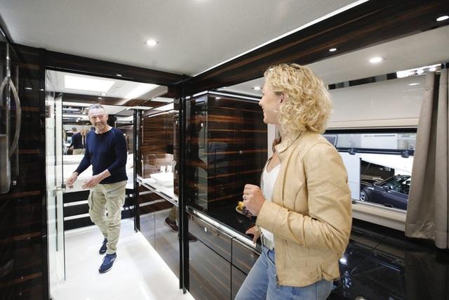 Thú chơi mobihome xa xỉ hết nấc của giới siêu giàu: Nội thất như căn hộ hạng sang, giấu nguyên chiếc Bugatti Chiron 3 triệu USD dưới gầm - Ảnh 5.