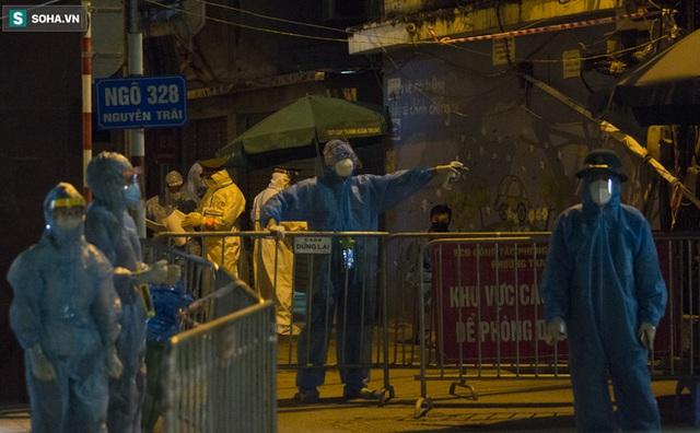 Hà Nội: 8 xe buýt di dời gần 1.200 người dân tại ổ dịch Thanh Xuân Trung đến vùng an toàn  - Ảnh 6.
