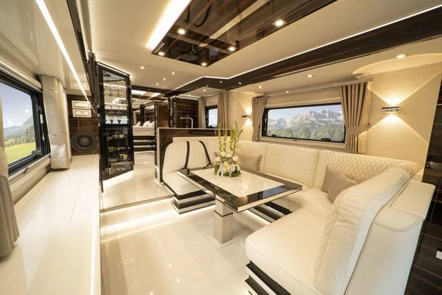 Thú chơi mobihome xa xỉ hết nấc của giới siêu giàu: Nội thất như căn hộ hạng sang, giấu nguyên chiếc Bugatti Chiron 3 triệu USD dưới gầm - Ảnh 6.