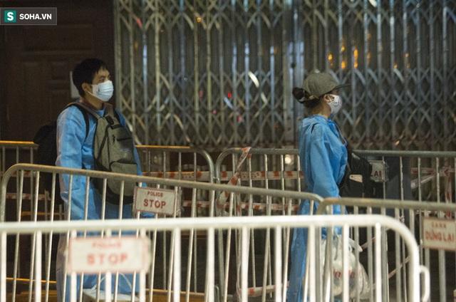 Hà Nội: 8 xe buýt di dời gần 1.200 người dân tại ổ dịch Thanh Xuân Trung đến vùng an toàn  - Ảnh 8.