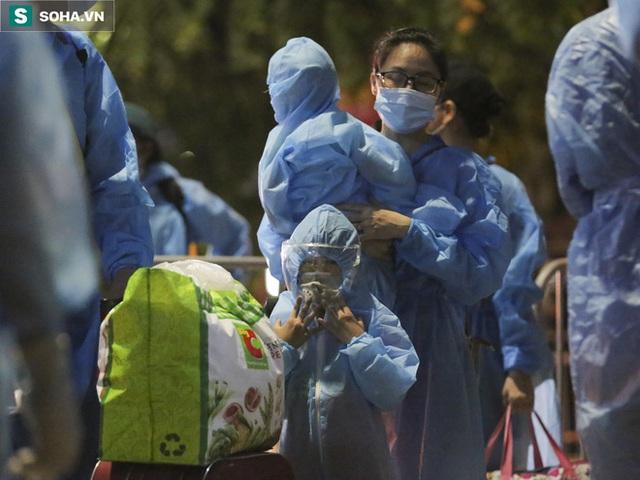 Hà Nội: 8 xe buýt di dời gần 1.200 người dân tại ổ dịch Thanh Xuân Trung đến vùng an toàn  - Ảnh 10.