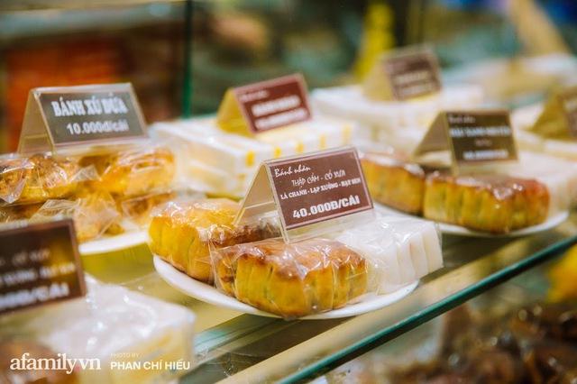 Bên trong bánh Trung thu ở các tiệm nổi tiếng có gì mà khiến hàng trăm người bất chấp dịch bệnh xếp hàng đợi mua? - Ảnh 3.