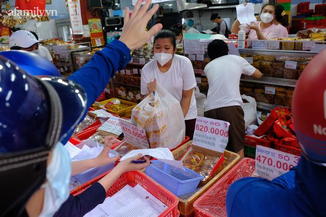 Bên trong bánh Trung thu ở các tiệm nổi tiếng có gì mà khiến hàng trăm người bất chấp dịch bệnh xếp hàng đợi mua? - Ảnh 22.
