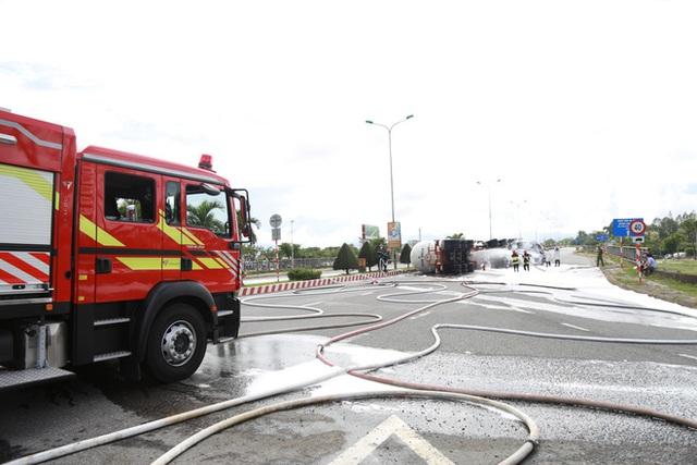 NÓNG: Xe bồn chở 20 tấn gas lật tại cầu vượt Hoà Cầm, sẵn sàng di dân trong bán kính 100 mét - Ảnh 4.