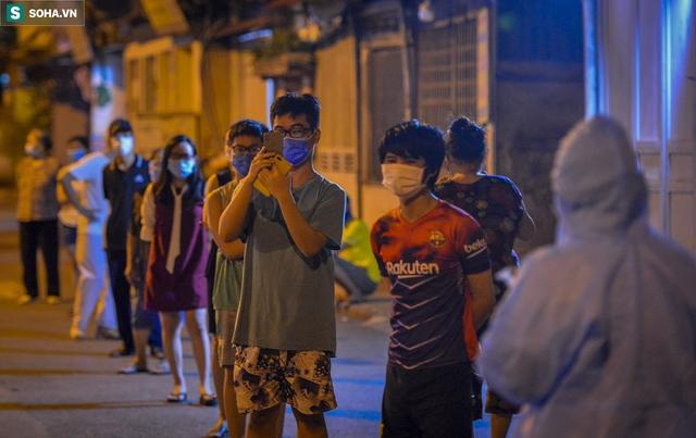 Hà Nội: Phát hiện 9 người dương tính SARS-CoV-2, lập tức lấy 5000 mẫu xét nghiệm trong đêm  - Ảnh 5.