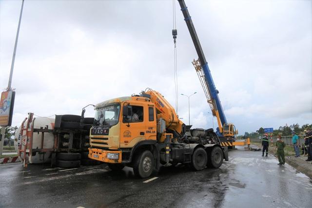 NÓNG: Xe bồn chở 20 tấn gas lật tại cầu vượt Hoà Cầm, sẵn sàng di dân trong bán kính 100 mét - Ảnh 5.