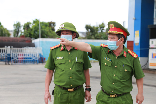 NÓNG: Xe bồn chở 20 tấn gas lật tại cầu vượt Hoà Cầm, sẵn sàng di dân trong bán kính 100 mét - Ảnh 7.
