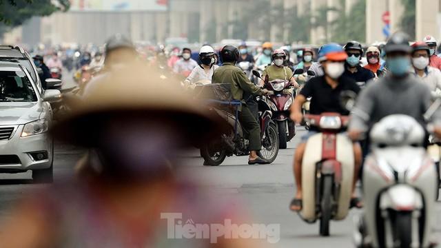 Đường phố Hà Nội lại ùn ứ trong ngày đầu tuần - Ảnh 8.