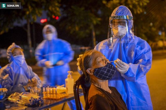 Hà Nội: Phát hiện 9 người dương tính SARS-CoV-2, lập tức lấy 5000 mẫu xét nghiệm trong đêm  - Ảnh 9.