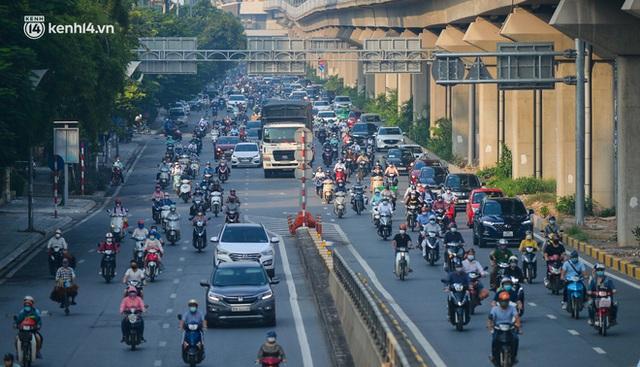 Ảnh: Hà Nội sáng đầu tiên nới lỏng giãn cách xã hội, người dân lại được trải nghiệm đặc sản tắc đường - Ảnh 2.