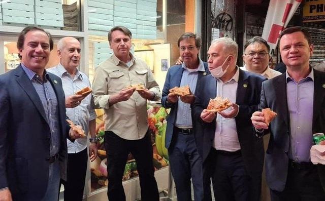 Tổng thống Brazil phải ăn pizza trên vỉa hè vì chưa tiêm vắc-xin  - Ảnh 1.