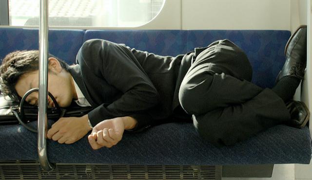Bật mí tư thế nằm ngủ sau khi ăn không lo trào ngược dạ dày, dân văn phòng ai cũng nên dắt túi - Ảnh 1.