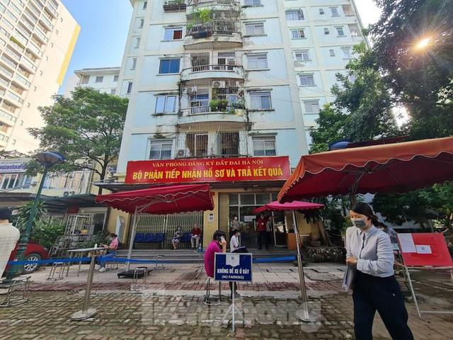 Hình ảnh dân Hà Nội đổ xô làm thủ tục nhà đất ngày đầu nới giãn cách - Ảnh 1.