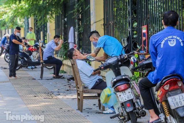 Người dân Hà Nội xếp hàng, chờ nhiều giờ để cắt tóc - Ảnh 1.